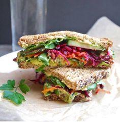 Sándwich de espinaca, pepino, aguacate, zanahoria y betabel.