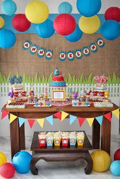 Ideias para a festa Galinha Pintadinha. Sugestão de decoração simples e linda. Podemos mudar para o do Hulk com outras cores. Adorei a mesa baixa com pipocas, uma idéia a se levar em conta.