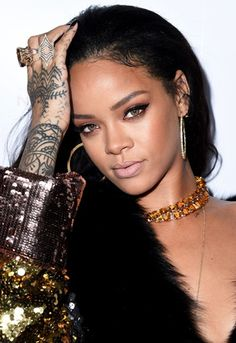 Amber jewelz, beaut tatts, flawless bronze eye make-up. Riri can we be you, plz?
