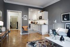 Szürke és szürkéskék falak, szép halszálkás parketta és kilim szőnyeg - egy inspiráló 63m2-es lakás
