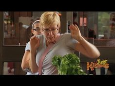 Salad Monster Hand Prank - You don't make friends with salad, but apparently you can make some good pranks! This is a very simple scenario the monster salad hand scares the bejesus of everyone trying to grab it. Pranks For Kids, Good Pranks, Monster Hands, Practical Jokes, Prank Videos, Just Kidding, Couple Photos, Couple Shots, Pranks
