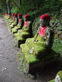 Sacred Monk are Jizo statues alongside the Daiya River are considered the guardian deities of children and travelers - Japan Lotus Buddha, Art Buddha, Buddha Statues, Stone Statues, Places To Travel, Places To Go, Japon Tokyo, Rome Antique, Parks