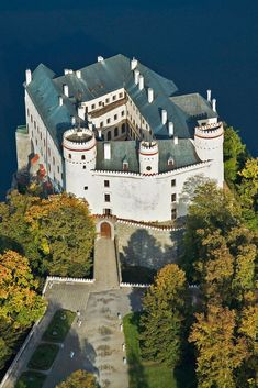 Orlík Chateau: A Centuries-old family mansion above the Vltava River canyon in the Czech Republic. Castle Ruins, Castle House, Medieval Castle, Beautiful Castles, Beautiful Places, Places To Travel, Places To See, Places Around The World, Around The Worlds