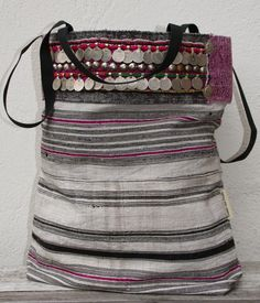 """Nieuw (maar ook een beetje oud...) : De basis voor deze volledig handgemaakte """"tote bag"""" is vintage Hmong hennep weefsel, met zwarte en ..."""