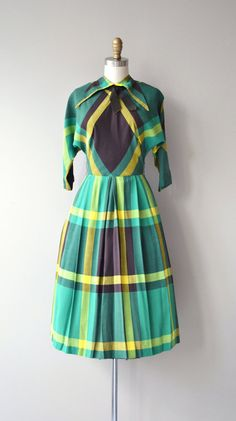 Vintage 1950s kelly green, brown and yellow plaid day dress with high collar, 3/4 sleeves, brown grosgrain collar detail, fitted waist, full skirt and button back closure. --- M E A S U R E M E N T S ---  fits like: xs bust: 32-33 waist: 24 hip: free length: 43 brand/maker: Vicky Vaughn condition: excellent  ✩ layaway is available for this item  To ensure a good fit, please read the sizing guide: http://www.etsy.com/shop/DearGolden/policy  ✩ more vintage dresses ✩…