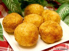 Arancini - fried rice balls with mozzarella centers Pork Recipes, Pasta Recipes, Appetizer Recipes, Appetizers, Cooking Recipes, Recipies, Creamy Garlic Pasta, Leftover Rice, Dinner Side Dishes