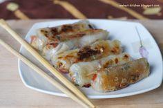 Dietetyczne sajgonki   Składniki( 2 porcje po 6-7 sajgonek)/ingredients(2 servings) -250-300 g chińskich warzyw na patelnię/ 9oz frozen oriental mixed vegetables -pół piersi z kurczaka/ half boneless chicken breast -6 paluszków krabowych/ 6 crab sticks -kilkanaście placków papieru ryżowego/ about 12 spring rolls wrappers -2 łyżki oleju/oliwy/ 2 Tbls olive oil -sos sojowy, przyprawa do kuchni chińskiej( jeśli nie dołączona do opakowania warzyw)/ soy sauce, chinese seasonig