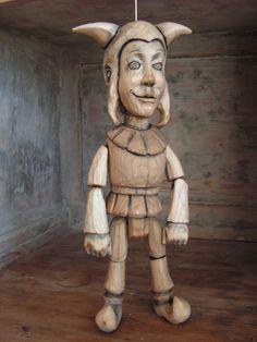 kašpárek Loutka kašpara z lipového dřeva. Lze s ním sehrát i veliké divadlo, výšku má 34 cm. Povrchová úprava vosk a pryskyřice.
