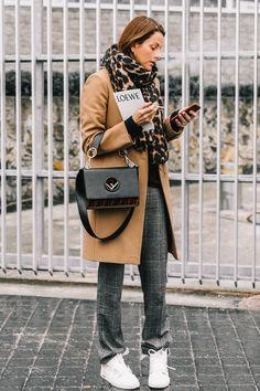 Llevar ASÍ un abrigo camel y unas zapatillas blancas
