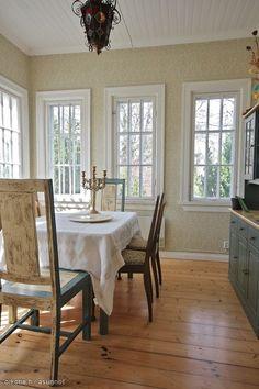 Villa Margarethan valoisa kuisti on tapetoitu Tapettitalon vihreällä Rantakukka-tapetilla. Tänne sopisi ihanasti valkoiseksi maalattu lattia, vihreä räsymatto ja valkoiset korihuonekalut sekä muutama punainen pelargonia ikkunalaudalle.