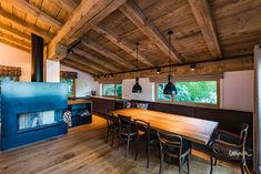 #landhaus #holzeinrichtung #holzinterior Waterfront Homes, Conference Room, Table, Furniture, Home Decor, Farmhouse, Architecture, Living Room, Decoration Home