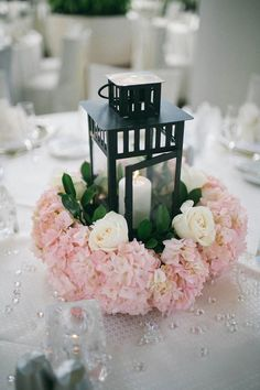 linterna negro y flores de color rosa piezas centrales de la boda