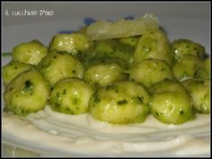Gnocchi al pesto su crema di parmigiano. --- Gnocchi with basil and parmesan cream cheese