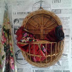 Bonjour et Bienvenue... 1 Franse hangende mand. Deze vintage mand is speciaal gemaakt voor opslag van kleine dingen, zoals bericht of Een mand met een mooie ovale vorm, Het is een mooie sterke mand van riet geweven gevlochten, met een rieten handvat voor de muur. De voorzijde heeft