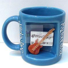Netradiční hrnek s výklenkem, v kterém je elektrická kytara a noty. Nápis na hrnku: Nejlepší kytarista. Skvělý dárek pro muzikanta nebo muže, či kluka Mugs, Tableware, Dinnerware, Tumblers, Tablewares, Mug, Dishes, Place Settings, Cups