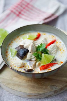 Quick and easy Tom Kha soup with chicken, mushroom and coconut milk in a bowl. Easy Delicious Recipes, Healthy Chicken Recipes, Healthy Foods To Eat, Asian Recipes, Soup Recipes, Great Recipes, Yummy Food, Tom Kha Gai Recipe, Thai Coconut Chicken