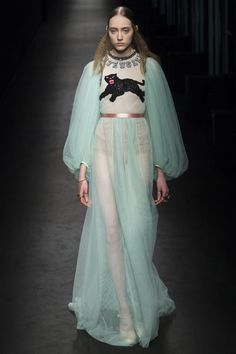 The complete Gucci Fall 2016 Ready-to-Wear fashion show now on Vogue Runway. Milan Fashion, Runway Fashion, High Fashion, Fashion Show, Gucci Fashion, Fashion Outfits, Haute Couture Style, Valentino, Fashion Designer