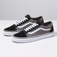 The Old Skool Vans classic skate shoe and the first to bear the iconic side stripe has a lowtop laceup silhouette with a durable suede and canvas upper with padded tongue and lining and Vans signature Waffle Outsole. Custom Vans Shoes, Mens Vans Shoes, Vans Sneakers, Skate Shoes, Sock Shoes, Men's Shoes, Estilo Vans, Order Shoes Online, Vans Shoes Fashion