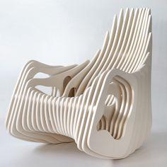Je vous présente mon coup de coeur pour Eduardo Baroni, un designer qui vit et travaille à Rio de Janeiro au Brésil. Soucieux d'une approche du design tout en simplicité, légèreté et à faible coût, son assise baptisée « Mamulengo Rocking Chair » reflète exactement ses principes.  Je vous laisse apprécier la forme de ce fauteuil aux lignes organiques.