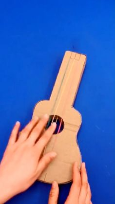 Cardboard Guitar, Cardboard Crafts Kids, Cool Paper Crafts, Paper Crafts Origami, Cardboard Play, Halloween Crafts For Kids, Easy Crafts For Kids, Diy For Kids, Guitar Crafts