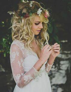 romantische Hochzeitsfrisuren mit Blume