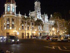 Ayuntamiento con iluminación navideña