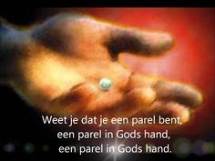 Elly en Rikkert - Parel in Gods hand Bible Crafts, Sunday School, Hands, God, Testament, Smileys, Posters, Facebook, Quotes