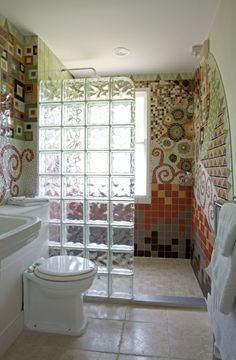 briques de verre, paroi de douche en dalles de verre et carrelage mosaique