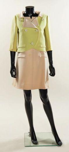"""COURREGES Haute Couture, circa 1965 ROBE en crêpe de laine ivoire, encolure ronde[...], mis en vente lors de la vente """"Haute Couture & Red Carpet"""" à Artcurial -"""