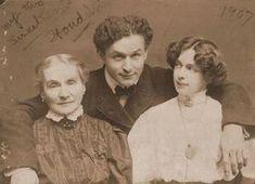 O ilusionista e escapista Harry Houdini (Ehrich Weisz) com sua mãe Cecilia e esposa Bess. Harry Houdini, Michael Jackson, Foto Real, Cinema, Interesting History, Before Us, Vintage Photographs, Historical Photos, The Magicians