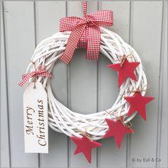 """Weihnachtlich wird dein Haus mit diesem schönen weiße Weidenkranz im XL-Format geschmückt sein, der mit den 4 roten Holzsternen und der großen Holztafel """"Merry Christmas"""" zu einem ganz besonderen..."""