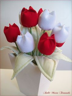 Learn how to make tulips from fabric - Ronald Delisle Cloth Flowers, Felt Flowers, Diy Flowers, Fabric Flowers, Paper Flowers, Felt Crafts, Easy Crafts, Diy And Crafts, Arts And Crafts