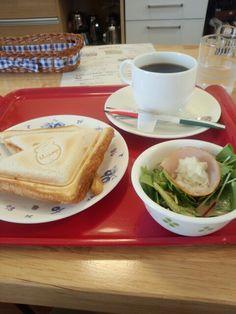 今日のお昼ご飯はホットサンドピザ風味と黒豆コーヒーいただいています。