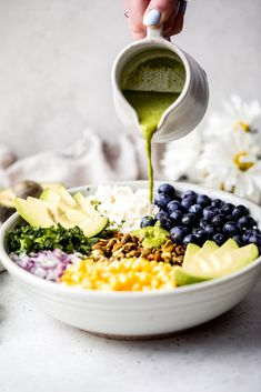 Avocado-Heidelbeer-Quinoa-Salat Jun 07 Gorgeous avocado blueberry quinoa salad loaded with fresh corn, red onion, tangy feta, chopped pistachios, and tossed in a flavorful cilantro l… Blueberry Quinoa Salad, Vegetarian Quinoa Salad, Quinoa Salat, Quinoa Salad Recipes, Summer Salad Recipes, Avocado Quinoa, Vegetarian Recipes, Perfect Quinoa, Salmon Cakes