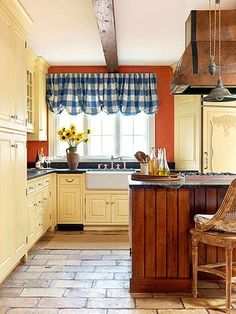Your Kitchen a French Country Look French Country Kitchen Palette: Mix sunny yellow, terra-cotta and country blue.French Country Kitchen Palette: Mix sunny yellow, terra-cotta and country blue. Modern French Country, French Country Kitchens, Country Blue, French Country Decorating, Kitchen Country, Kitchen Rustic, French Farmhouse, New Kitchen, Kitchen Decor
