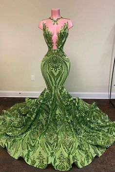 Sexy and completely shiny, this green sequin prom dress will have you turning heads from every angle. A sleeveless bodice with halter plunging V neckline. Black Girl Prom Dresses, Senior Prom Dresses, Pretty Prom Dresses, Prom Outfits, Glam Dresses, Mermaid Prom Dresses, Event Dresses, Formal Dresses, Party Dresses