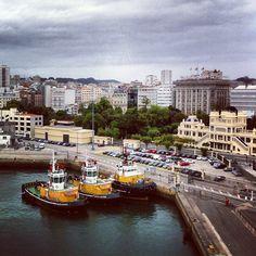 Três rebocadores no cais da Corunha com edifício dos anos 20 à direita - Galiza - @fromgaliza
