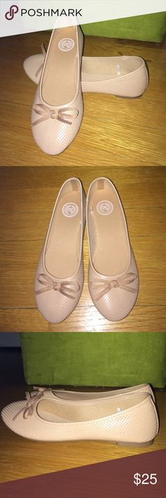Beige flat Cute beige flats with bow from SO (Kohls). Unworn. Size 5 1/2. SO Shoes Flats & Loafers