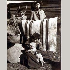 Niños con tejidos mapuche