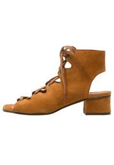 Intrico sandaal met schacht cognac chie mihara