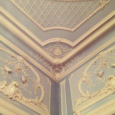 French Interior With Gorgeous Molding Classic Interior, French Interior, French Decor, Ceiling Decor, Ceiling Design, Roof Design, Wall Design, Plaster Art, Plaster Mouldings