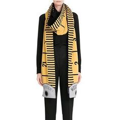 Moschino printed Wool-Cashmere Scarf look detail. From the Fall 2015 collection moschino is terribly over-branded, but i love the clever use of form Fashion Details, Look Fashion, Womens Fashion, Fashion Design, Fashion Trends, Cashmere Scarf, Mode Inspiration, Moschino, Fashion Forward