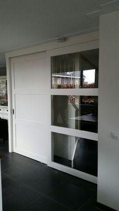 Schuifdeur voor trap 1 deur met glas andere met dichte panelen. Allebij de deuren soft close