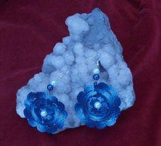 Kék színátmenetes puppets fonallból horgoltam, tekla gyönggyel díszítettem.