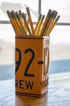 New York plaque d'immatriculation crayon porte - coupe crayon - crayon Unique coupe - plaques d'immatriculation Accessoires - décoration de bureau - bureau - porte-plume par byDadandDaughter sur Etsy https://www.etsy.com/fr/listing/208483127/new-york-plaque-dimmatriculation-crayon