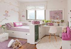 Sous les combles, le choix d'un lit cabane est idéal pour abaisser les volumes généreux de cette chambre et sécurisé ainsi la petite fille. Tout en un, ce lit hyper astucieux est doté de larges et