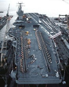 Aircraft carrier USS Abraham Lincoln lies in dry dock at the Newport News Shipbuilding yard in the late afternoon during its post-shakedown cruise availability period 1 May 1990 x Navy Marine, Navy Military, Military Photos, Military Art, Cruisers, Navy Carriers, Navy Aircraft Carrier, Us Navy Ships, United States Navy