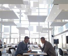 In sommige grotere ruimtes is een volledig dekkend plafond niet mogelijk of niet praktisch. Dit kan bijvoorbeeldhet geval zijn als je optimaal wilt profiteren van het daglicht en dus veel glas toepast. Ook in deze ruimte kan Solo helpen om een goede akoestiek te creëren #Ecophon #Solo