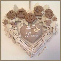 Cuore di vimini bianco con rose ecrù e cuore love, by fattoamanodaTati, 29,00 € su misshobby.com   <3