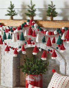 Christmas Yarn, Diy Christmas Garland, Christmas Pom Pom Crafts, Bohemian Christmas, Diy Tassel Garland, Pom Pom Garland, Pom Pom Tree, Yarn Pom Poms, Hanging Garland